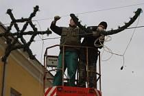 Pracovníci technických služeb instalovali dekorace v sobotu dopoledne 15. listopadu v ulicích Prostřední a Protzkarova.