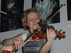 Fokloristka Jitka Šuranská si svým velkým hudebním srdcem získala obdiv Broďanů v tamní kavárně Ulité kafé.