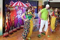 Děti v Bílovicích se v sobotu 5. března spolu s kouzelníkem Jirkou Hadašem přenesly do cirkusového prostředí.