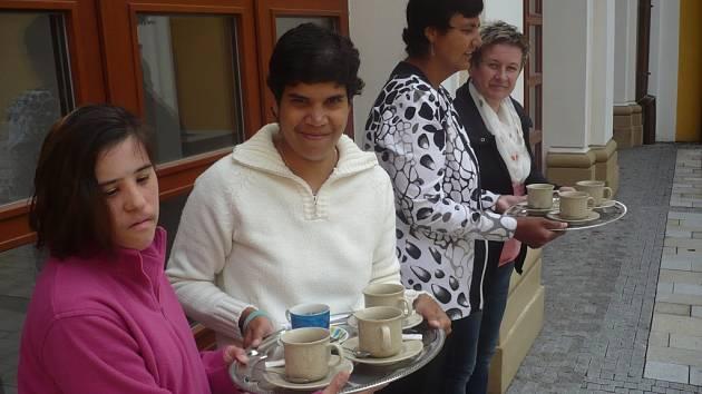 V nové kavárně najdou práci i hendikepovaní klienti velehradského Domova pro osoby se zdravotním postižením.
