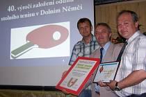 Čestná uznání předali vedoucímu oddílu Jaroslavu Uhrovi (uprostřed) za ČSTV Libor Stojaspal (vpravo) a za generálního sponzora ředitel společnosti Kasko Antonín Kadlček.