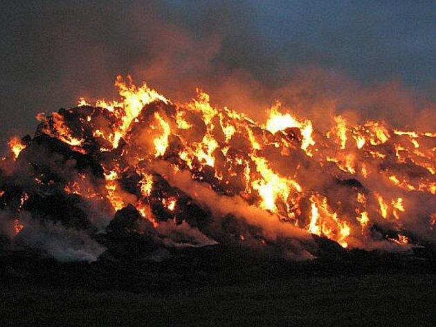 Rozsáhlý požár stohu slámy likvidovali hasiči ve Vlčnově.