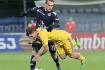 Záložník Slovácka Milan Kerbr (v modrém) bude dnes chtít se svými spoluhráči skolit Jihlavu.