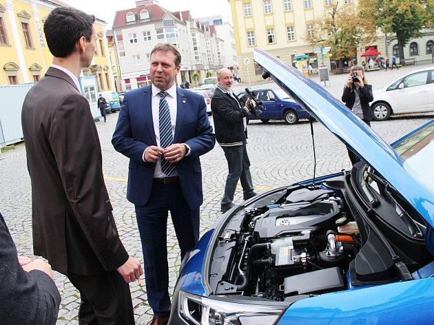 V úterý 26. září převzalo město Uherské Hradiště v čele se starostou Stanislavem Blahou od zástupců společnosti Hyundai elektromobil Hyundai Ioniq. Sloužit bude pro běžné pojížďky úředníků po městě nebo k cestám například do Zlína či Brna.
