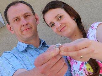 Předávání prstenu vítěznému svatebnímu páru Deníku roku 2016 Evě a Martinovi Motlovi.