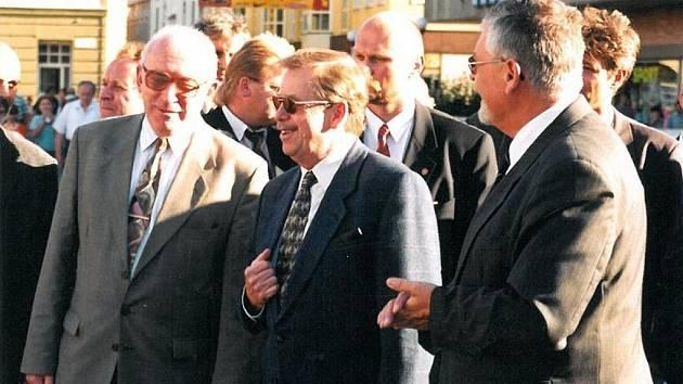 Na Slovácko Václav Havel zavítal v roce 1999. Téměř na každém kroku byl provázen davem.
