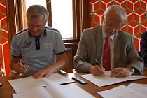 Zdeněk Zemek (vlevo) a Květoslav Tichavský se dohodli, galerie Joži Uprky bude v Hradišti.
