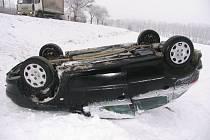Šestapadesátiletá žena, která se svým vozem nedaleko Nezdenic sjela ze silnice a převrátila na střechu, vyvázla z ošklivě vypadající nehody jako zázrakem bez zranění.