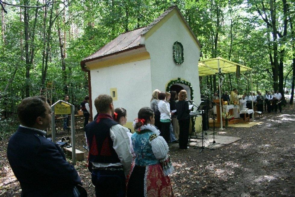 Bystřice pod Lopeníkem, obec na úpatí Bílých Karpat. Pouť ke kapličce.