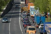 Ihned po uzavření obchvatu se na silnici začaly tvořit dlouhé fronty osobních i nákladních aut.