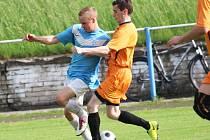 Fotbalisté Hluku (světlé trenýrky) a Šumic. Ilustrační foto