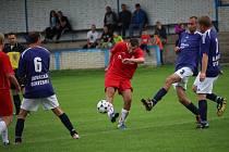 Fotbalisté Kostelan (bílé trenýrky) poprvé v sezoně vyhráli, Mistřice naopak zůstávají bez bodu poslední.