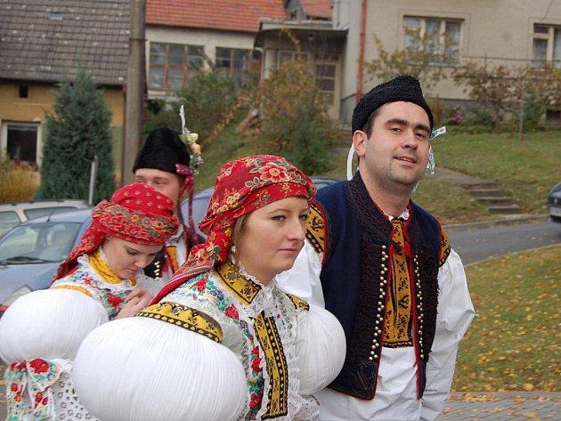 Ve Svárově se do kroje obléklo patnáct hodových párů.