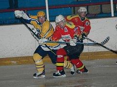 V derby mezi hokejisty Uherského Brodu a Uherského Ostrohu zatím mají jasně navrch prvně jmenovaní. Útočník Dalibor Gergela (vlevo) přispěl ke druhé výhře gólem a nahrávkou.