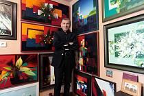 Arménský malíř Ašot Arakeljan ve svém ateliéru v Horním Němčí.