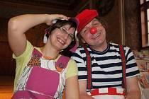 Děti karnevalem provázeli klaun Karel a Zvoněnka Saša Chytková..