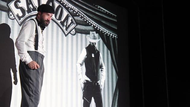 Slovácké divadlo se proměnilo v biograf. Scéna jako ze starých časů. Němé snímky. Doprovod klavíru. Doby starého biografu jsou nenávratně pryč. Můžeme si je však připomínat.