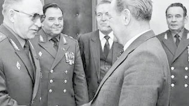 Generální tajemník ÚV KSČ Milouš Jakeš (druhý zprava).