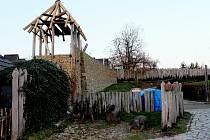Ve skanzenu na Modré vyrůstá hypotetická konstrukce nejpevnější hradby zdoby Velké Moravy sosmimetrovou věží.