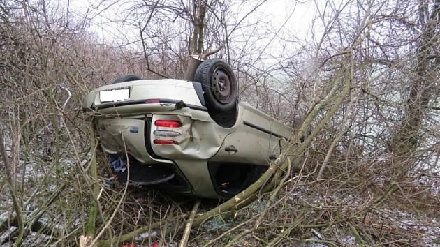 Řidiče fiatu překvapila námraza nedaleko Hluku u lokality Nový dvůr. I s dalšími pasažéry skončili ve srázu pod silnicí.