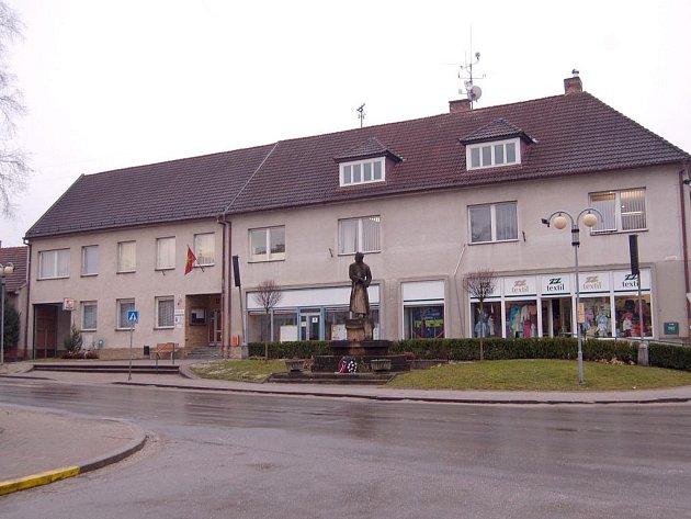 Rada města Bojkovice schválila nařízení, kterým se v jeho katastru zakazuje prodej čehokoliv dům od domu.