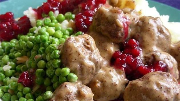 Švédská kuchyně: masové koule s brusinkami.