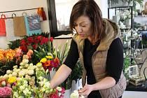Gentlemani ještě nevymizeli, muži stále učí své syny nosit ženě kytici, říká květinářka Zlatuše Kolínková