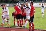Fotbalisté Uherského Brodu (v bílých dresech) prohráli v dohrávce 16. kola Fortuna MSFL na hřišti Hodonína 0:1 a v tabulce klesli na čtrnácté místo.