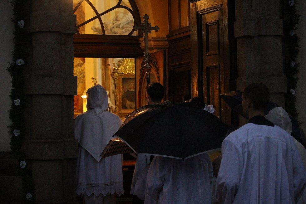 Uherskobrodskou Růžencovou pouť ozdobil i letos průvod se svícemi od farního do klášterního kostela.