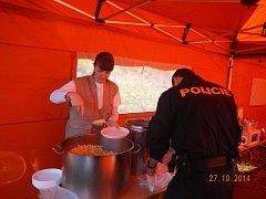 Pracovníci Oblastní charity Uherský  Brod pomáhají ve Vrběticích.