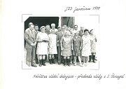 DELEGACE. Mezi zaměstnance JZD Javořina v roce 1979 zavítala vládní delegace v čele se svým předsedou Lubomírem Štrougalem (uprostřed). Tehdy ještě nikdo netušil, že jedním z hostů, kteří přicestovali ve špalíru limuzín značky Tatra 613, je také budoucí g