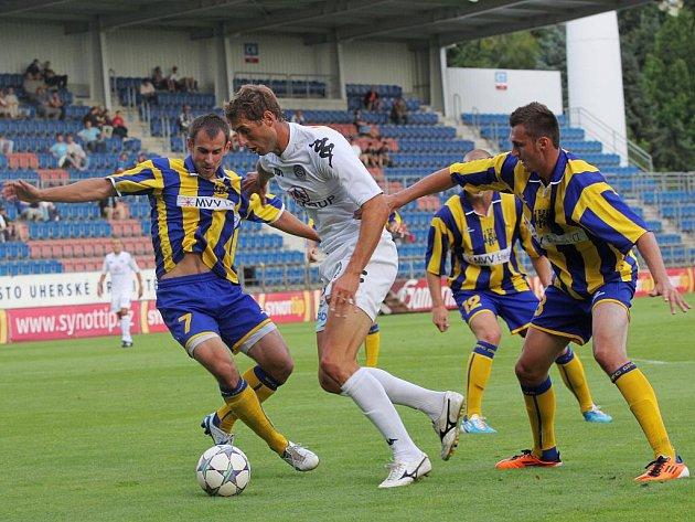 Fotbal – příprava: 1. FC Slovácko – Opava: Libor Došek se probíjí opavskou obranou.