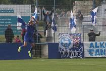 Fotbalisté Kunovic (modré dresy) v 11. kole krajské I. A třídy skupiny B i bez omluveného trenéra Chaloupky zdolali Těšnovice 2:1.