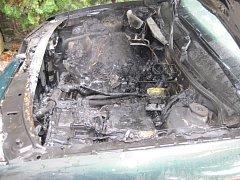 Auto vzplálo u rodinného domu ve Velehradě.