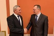 Bývalý starosta Starého Města Josef Bazala (vlevo) gratuluje ke zvolení svému nástupci Kamilu Psotkovi.