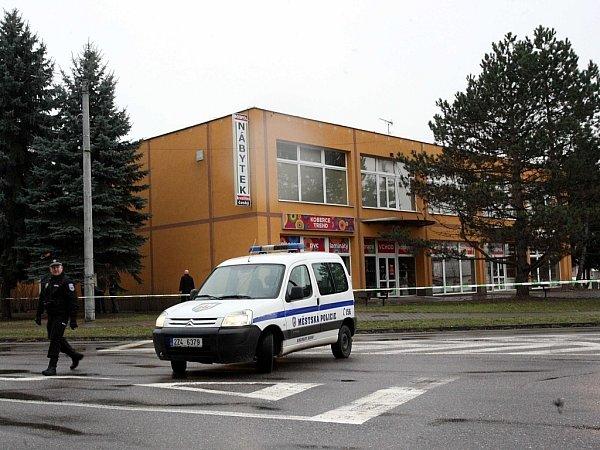 Policejní zásah po střelbě vrestauraci Družba (na snímku vpozadí) vUherském Brodě.