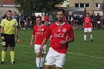 Fotbalisté Uherského Brodu (červené dresy) prohráli v Blansku 1:2.