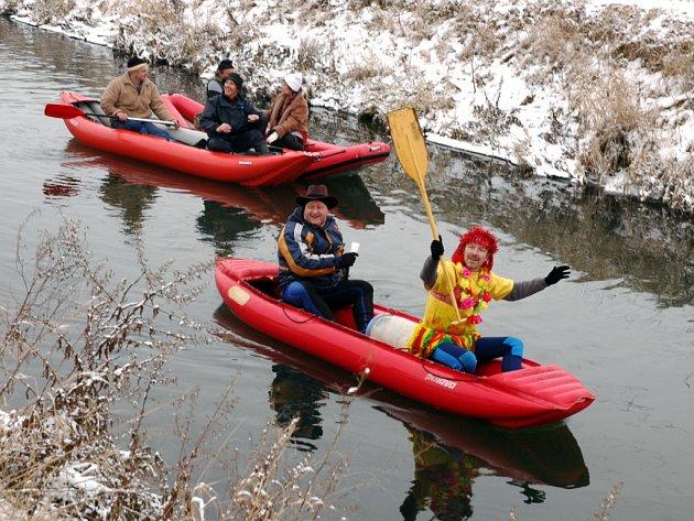Vodáci si silvestrovskou jízdu pořádně užívali.