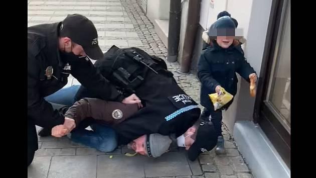 Z videa zachycujícího zásah strážníků v Uherském Hradišti zvěřejněním na sociální síti Facebook