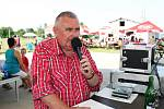 Sportovní odpoledne v Huštěnovicích provázel slovem Legendární komentátor Jaroslav Boček.