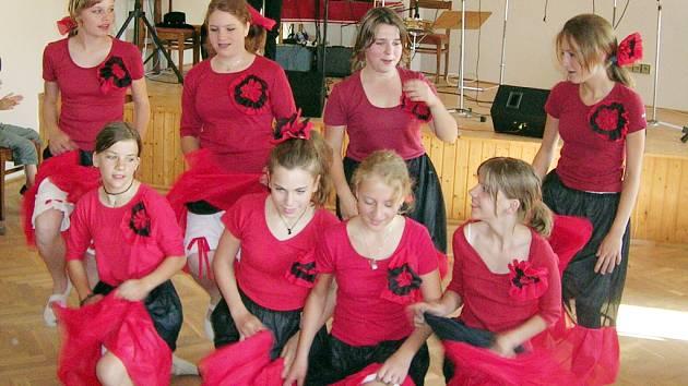 Při otevření kulturního domu nechybělo vystoupení dětí z Prakšic i Pašovic.