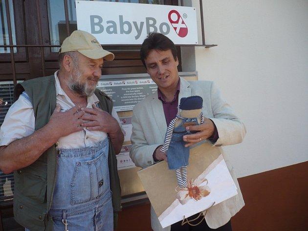 Zakladatel babyboxů v ČR Ludvík Hess se v Uherskohradišťské nemocnici, kterou vede ředitel Petr Sládek se dočkal mimořádné vstřícnosti.