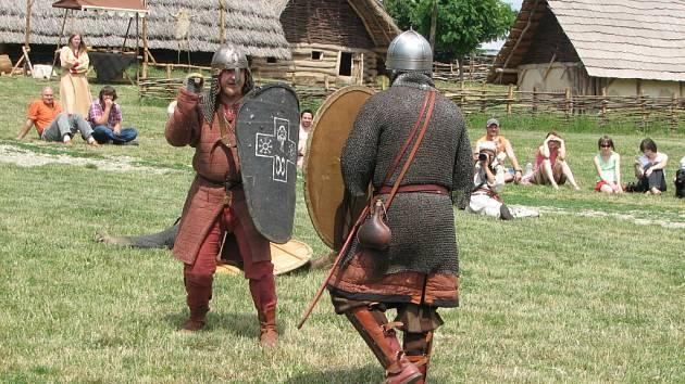 Tak bojovali mezi sebou o vesnici vojáci.