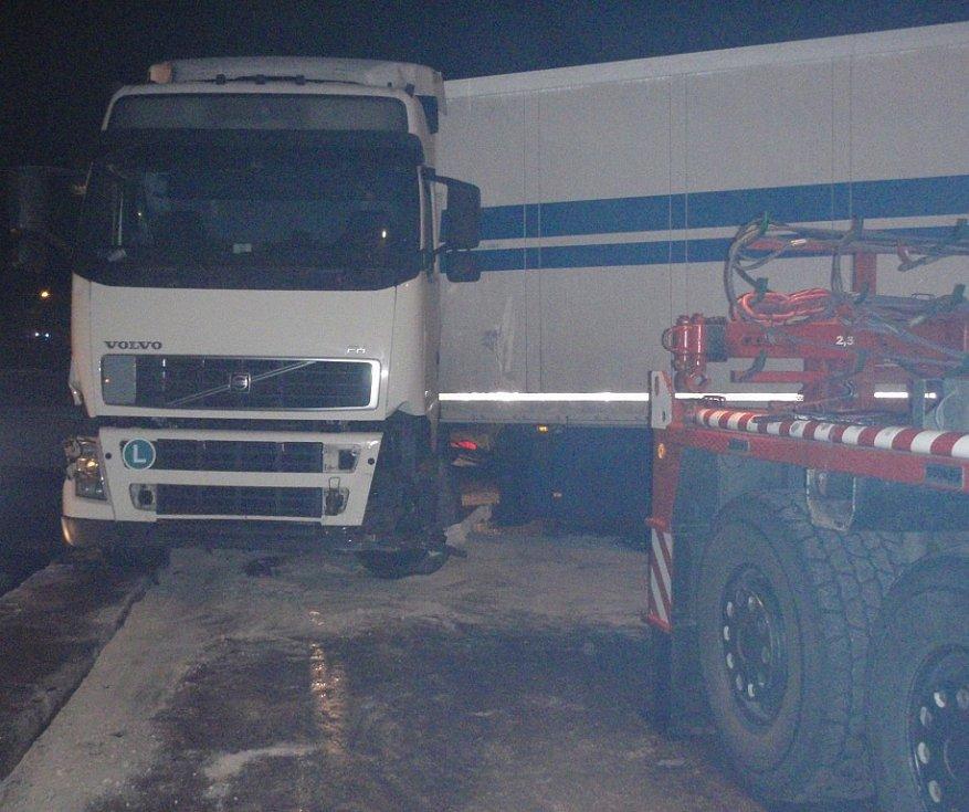 V Pitíně v pondělí 16. února havaroval kamion, do řeky vyteklo 500 litrů nafty.