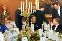 Princ Charles mezi manžely Havlovými v restauraci U Kolowrata v Praze. Ilustrační foto.
