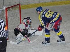 Gólman Jiří Hubáček sice v normální hrací době sedmkrát inkasoval, v nájezdech ale svůj tým podržel, a Hradišťané se tak mohli radovat ze skalpu lídra soutěže.