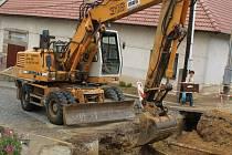 V ulicích Tupes při pokládání kanalizace pracuje těžká mechanice.