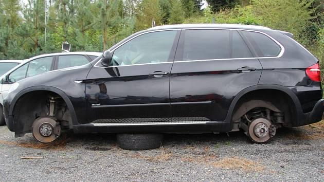 Neobvyklá krádež se stala ve Veletinách v noci ze soboty na neděli 14.září. Čtyři kola z BMW za zhruba šedesát tisíc si odnesli zloději z tamního autobazaru. Po podezřelých nyní pátrá policie.