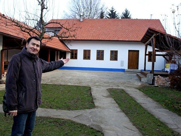 Starosta Tupes Oldřich Vávra má radost z rekonstruovaného objektu bývalé keramické výrobky.