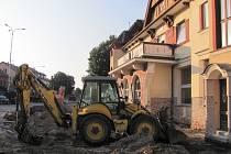 Přednádražní prostor v Uherském Brodě je aktuálně cestujícím z velké části nepřístupný.
